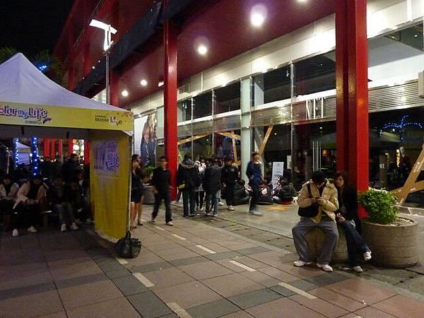 戲院外好多三五成群的人在聊天或打牌