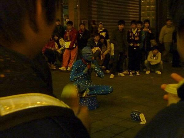 有街頭藝人在表演