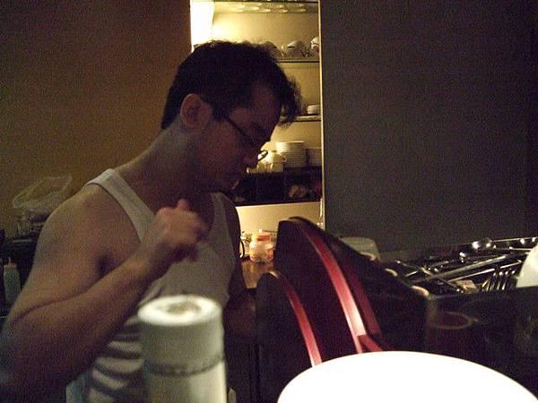 阿德正在煮愛的咖啡