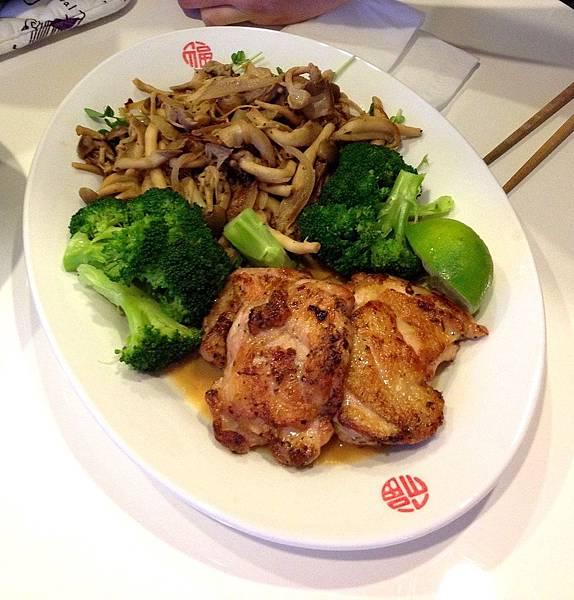 大拼盤: 香煎雞腿+炒菇+燙青菜