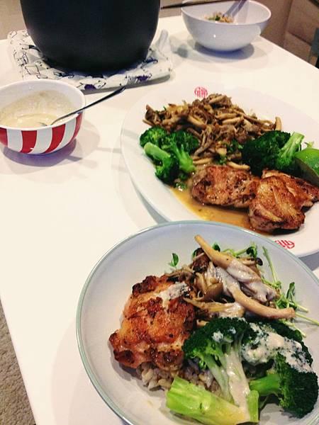 香煎雞腿+炒菇+燙青菜+五穀飯