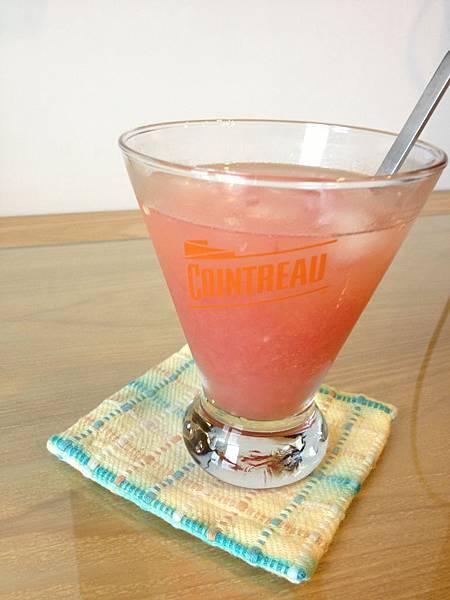 君度橙酒1oz+伏特加1oz+ 葡萄柚1顆榨汁+冰塊