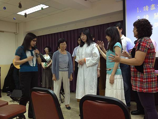 同組姐妹們一起上來為受洗者禱告