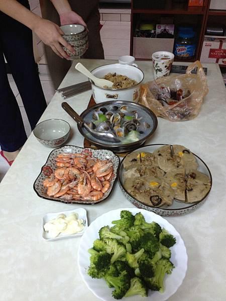 有蝦有青菜 結果弄這一桌出來  太豐盛了吧!