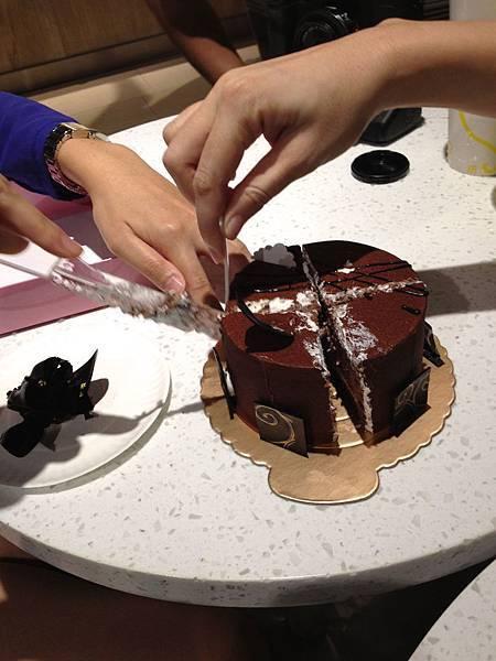 兩個人切蛋糕