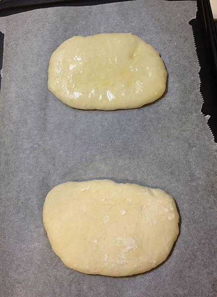 上面的麵團有塗橄欖油