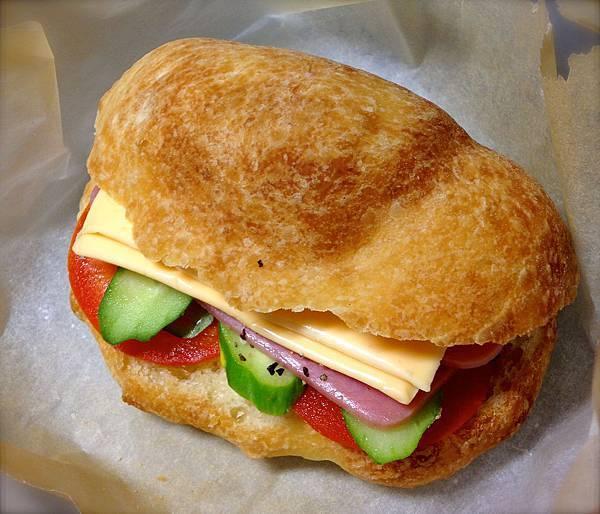 做成三明治:夾火腿、起司、小黃瓜、牛番茄。