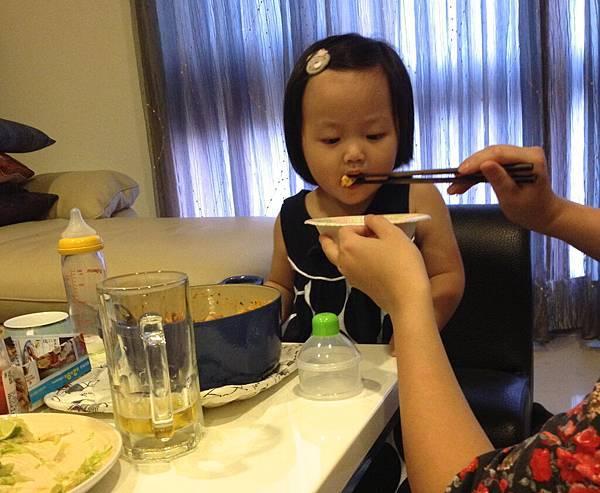 小櫻吃麵麵(一直以為自己在吃香腸是怎麼回事?裡面完全沒有香腸耶...囧)