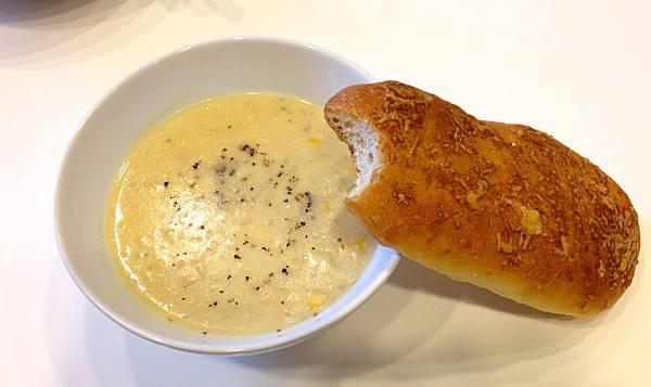 馬鈴薯玉米濃湯+自製麵包