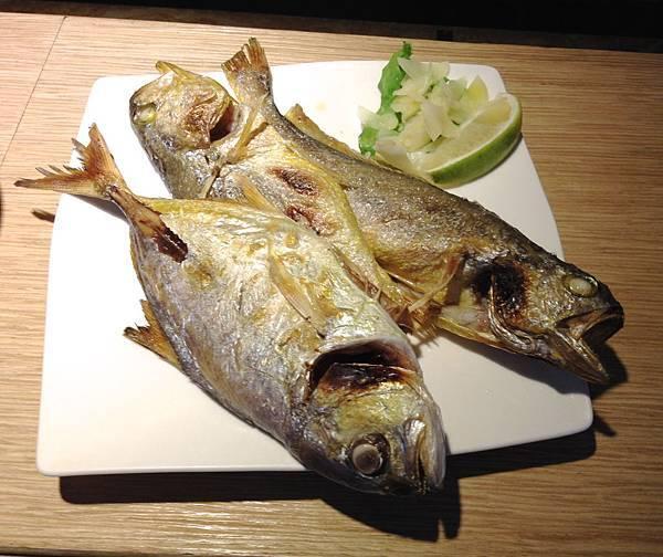 鹽烤黃魚(右兩尾)、黃尾瓜(左)