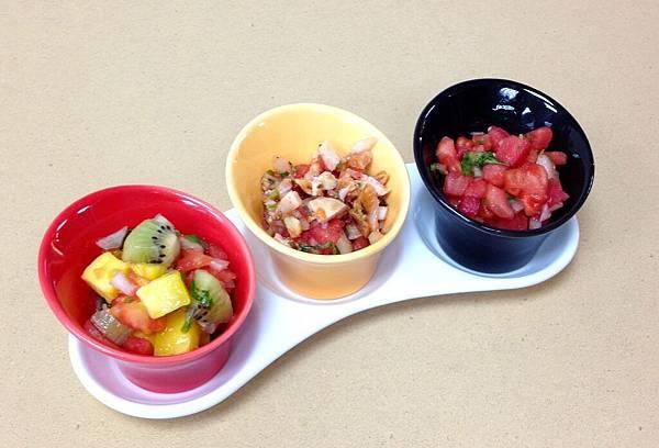 三種莎莎醬左起:水果、雞肉、原味
