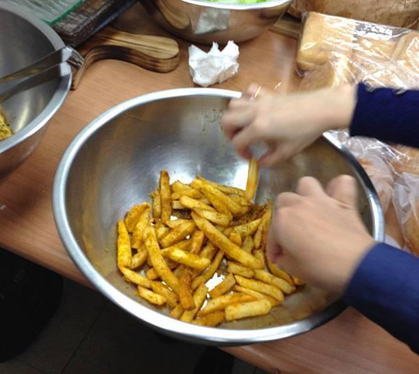 咖哩薯條好香好好吃