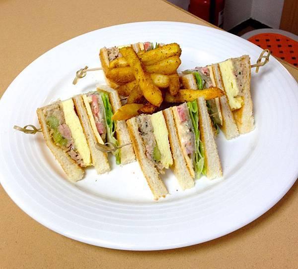 鮪魚厚蛋三明治