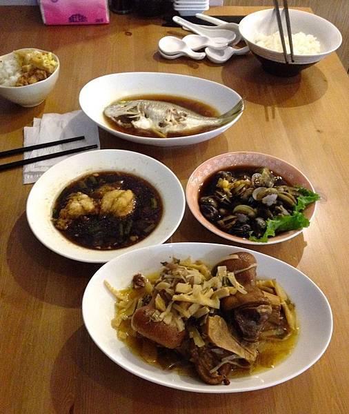 午餐:紅燒旗魚肚(賣剩的)、清蒸黃鰭鯛、鹹蜆仔、筍絲控豬腳