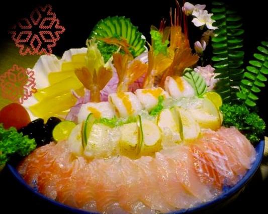 大拼盤:黃雞生魚片、炙干貝、紅蝦刺身、曼波魚皮