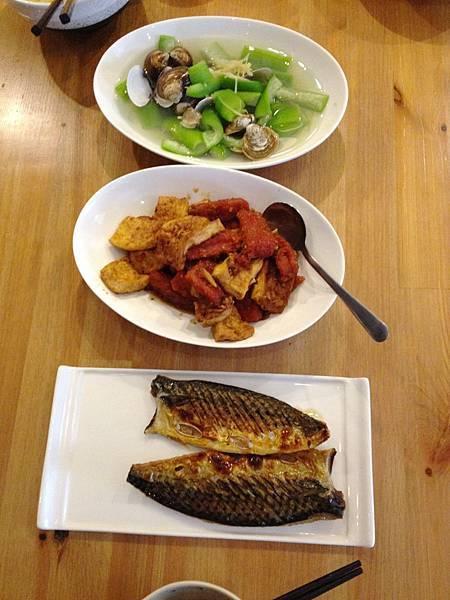 蛤蠣絲瓜、紅燒肉煎板豆腐、鹽烤鯖魚