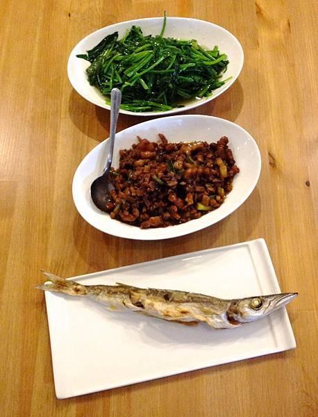 炒菠菜、滷肉(好鹹)、尖梭