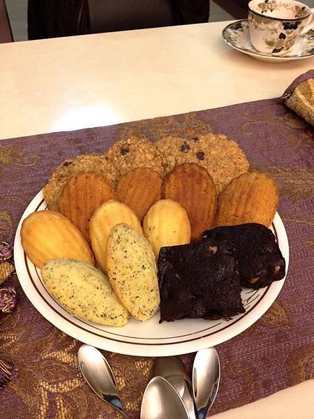 20140106點心試吃大會 上起:雍雍燕麥餅乾、雍雍焦糖杏桃瑪德蓮,老大瑪德蓮(原味、伯爵茶)、老大布朗尼
