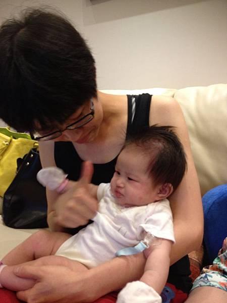 難得出現一個願意給我抱都不會哭的寶寶