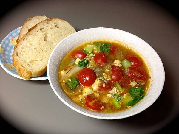 很多小番茄的菜湯與麵包