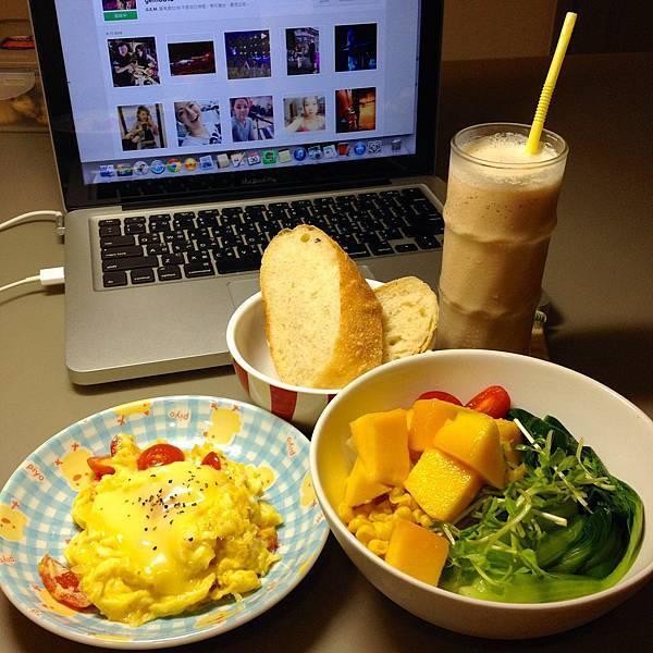 起司番茄蛋、芒果沙拉、冰奶茶半糖、自製麵包