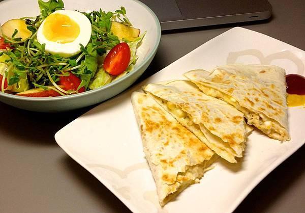 塔可餅 鮪魚玉米起司、沙拉