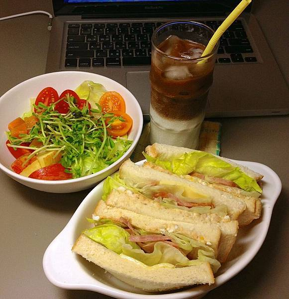 三明治、沙拉、冰拿鐵