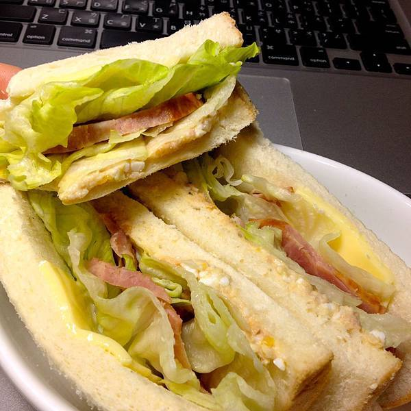 三明治:鮪魚醬、美生菜、燻火腿、快樂牛低脂起司