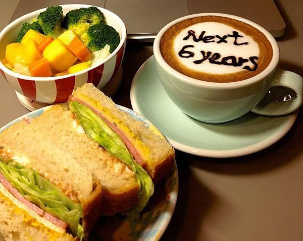 簡單的三明治、咖啡、沙拉