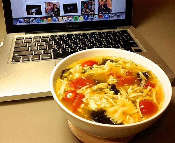 番茄紫菜蛋花湯+蝴蝶麵