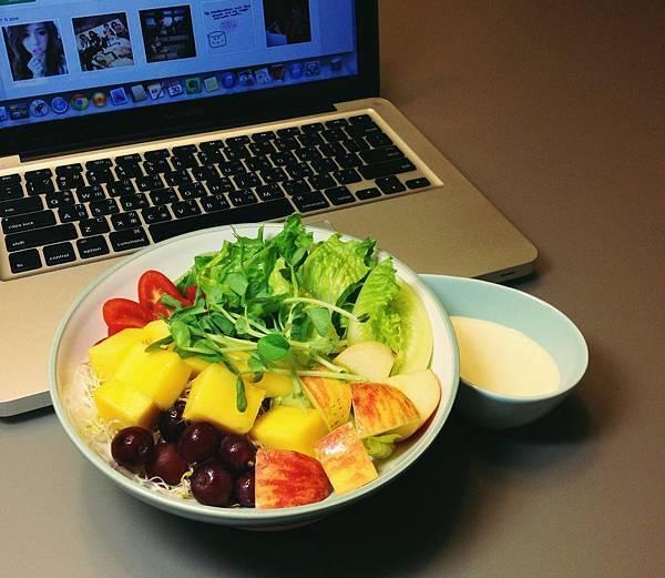 大碗公鮮果沙拉(百香果酸奶醬汁)