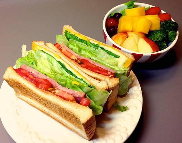 火腿蔬菜三明治+小鮮果沙拉