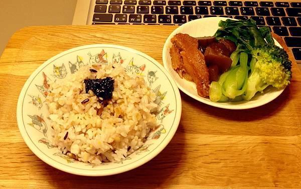 五穀飯+海苔醬\脆瓜菜心紅燒鰻燙青菜