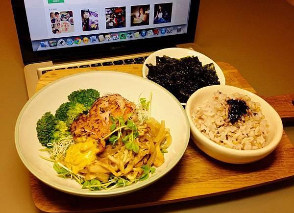 香煎雞腿沙拉+五穀海苔飯