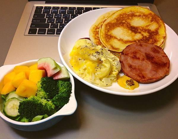 pancake、起司炒蛋、火腿、水果沙拉