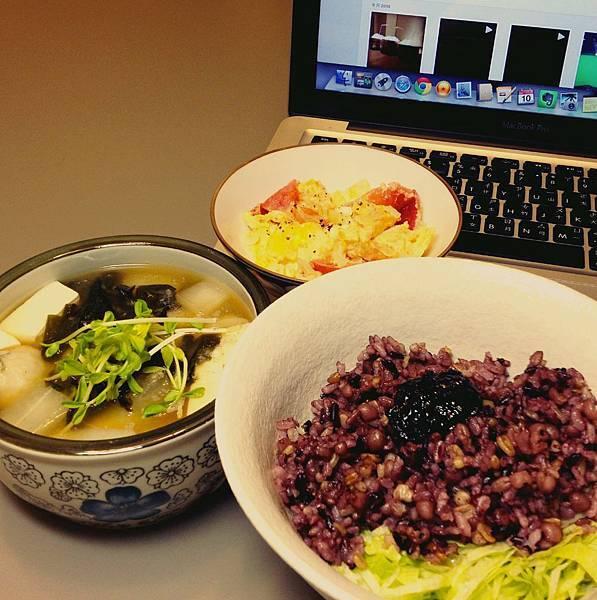 五穀紫米飯、海帶芽蘿蔔味增湯、番茄蛋