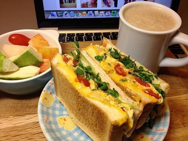 爆好吃的番茄炒蛋三明治、豆奶、水果