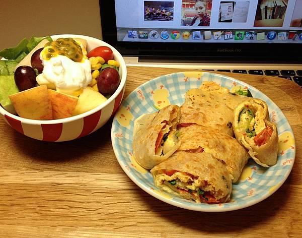 番茄炒蛋蛋餅(好難做)、鮮果優格沙拉
