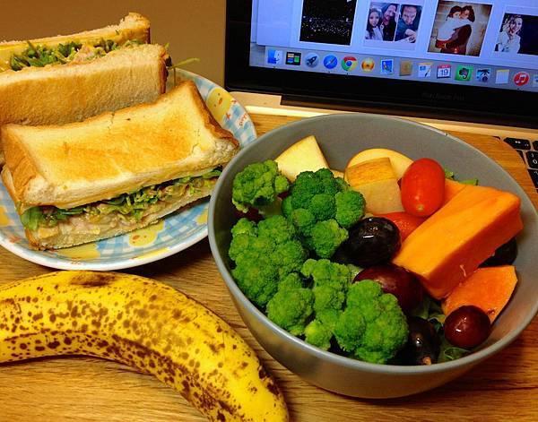 超好吃的青花菜(鮪魚起司三明治、香蕉、蔬果沙拉)