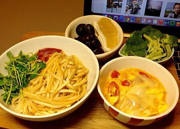 烏醋半面、起司番茄炒蛋、燙青菜、水果。