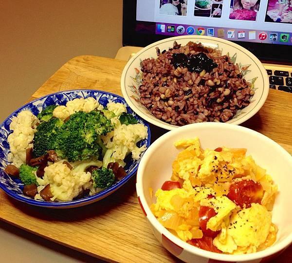番茄炒蛋、燙雙色花椰菜、五穀紫米飯拌海苔醬