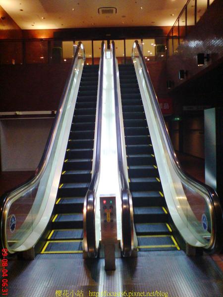 要通往飯店大廳的手扶梯
