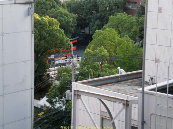 剛起床就看到有人坐在屋頂準備跳了~XD