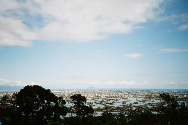 山頂的觀景台,可以看到羅東和龜山島