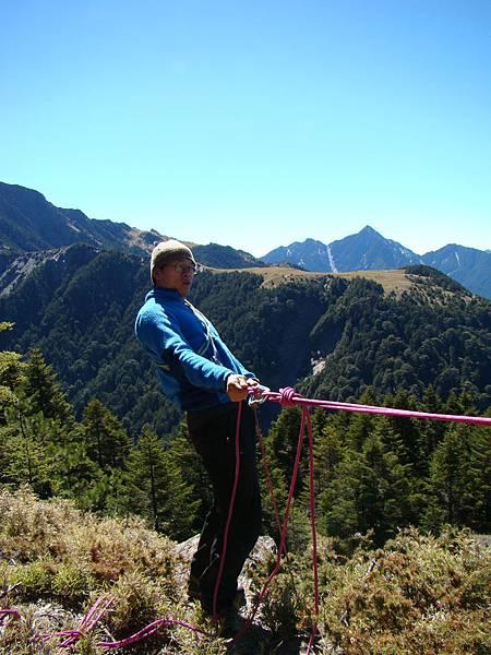 DAY3 初級攀岩 在確保中的耀群教練 是想表演腰力好