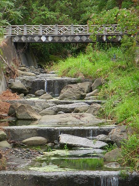 做了攔砂設計的小溪