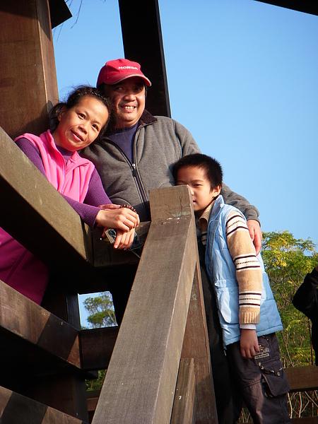 李小姐朱先生一家攝於巨石區的瞭望台上