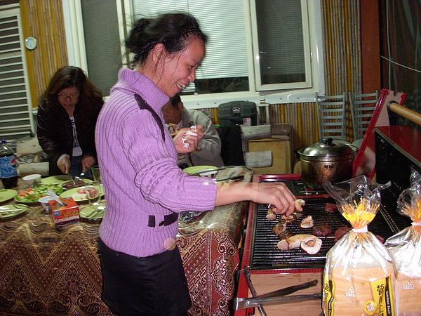 六星級的瓦斯烤灶讓你不用彎腰駝背地烤肉