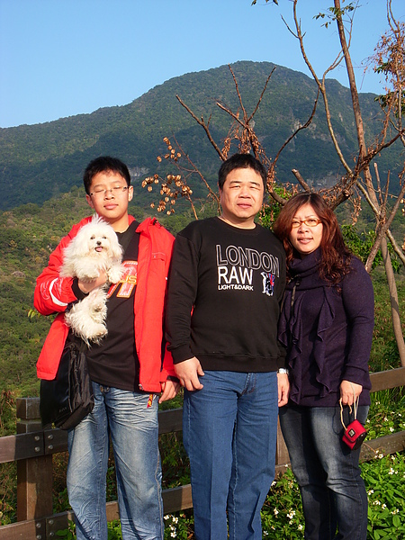 李先生一家和愛犬小饅頭以都蘭山為背景