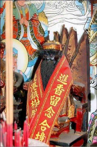 許峰鳴家中奉祀的 池府王爺 特別的是這尊 池王 還揹五方旗.jpg